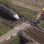 Vídeo: La policía para a los ciclistas ante el paso de un tren en la París-Roubaix