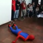 Vídeo: El accidente de Spiderman en una fiesta de cumpleaños