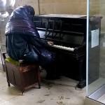 Vídeo: Un mendigo toca piezas de Beethoven en una estación de trenes