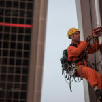 Greenpeace escala las Torres Kio de Madrid para decir no al TTIP