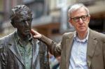 Una plataforma feminista pide retirar la estatua de Woody Allen de Oviedo