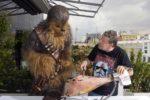Vídeo: El chef Alberto Chicote enseña a Chewbacca a cortar jamón